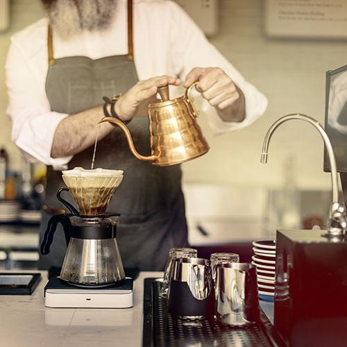 Camarero haciendo café
